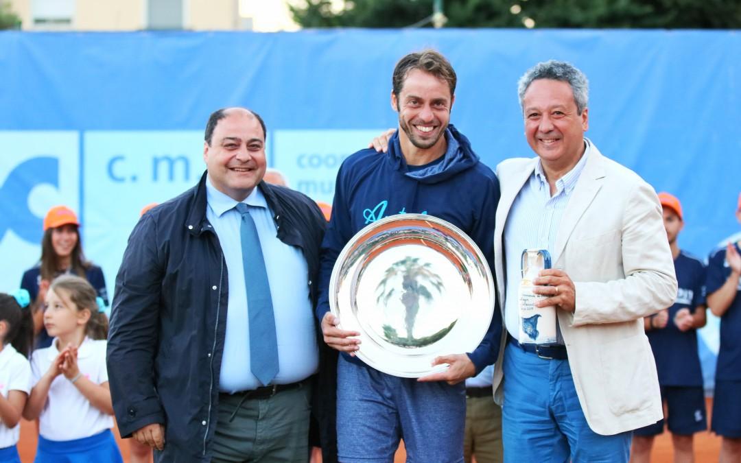 Paolo Lorenzi fa il bis a Caltanissetta, superato in due set Alessandro Giannessi: al vincitore la cittadinanza onoraria