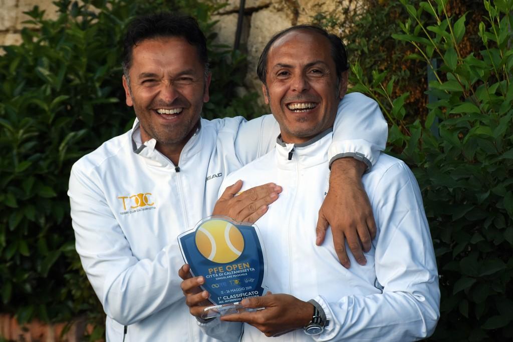 Fabio Garofalo (a destra) vince la competizione intermedia di Quarta categoria. Lo premia il Direttore Sportivo, Claudio Miccichè.
