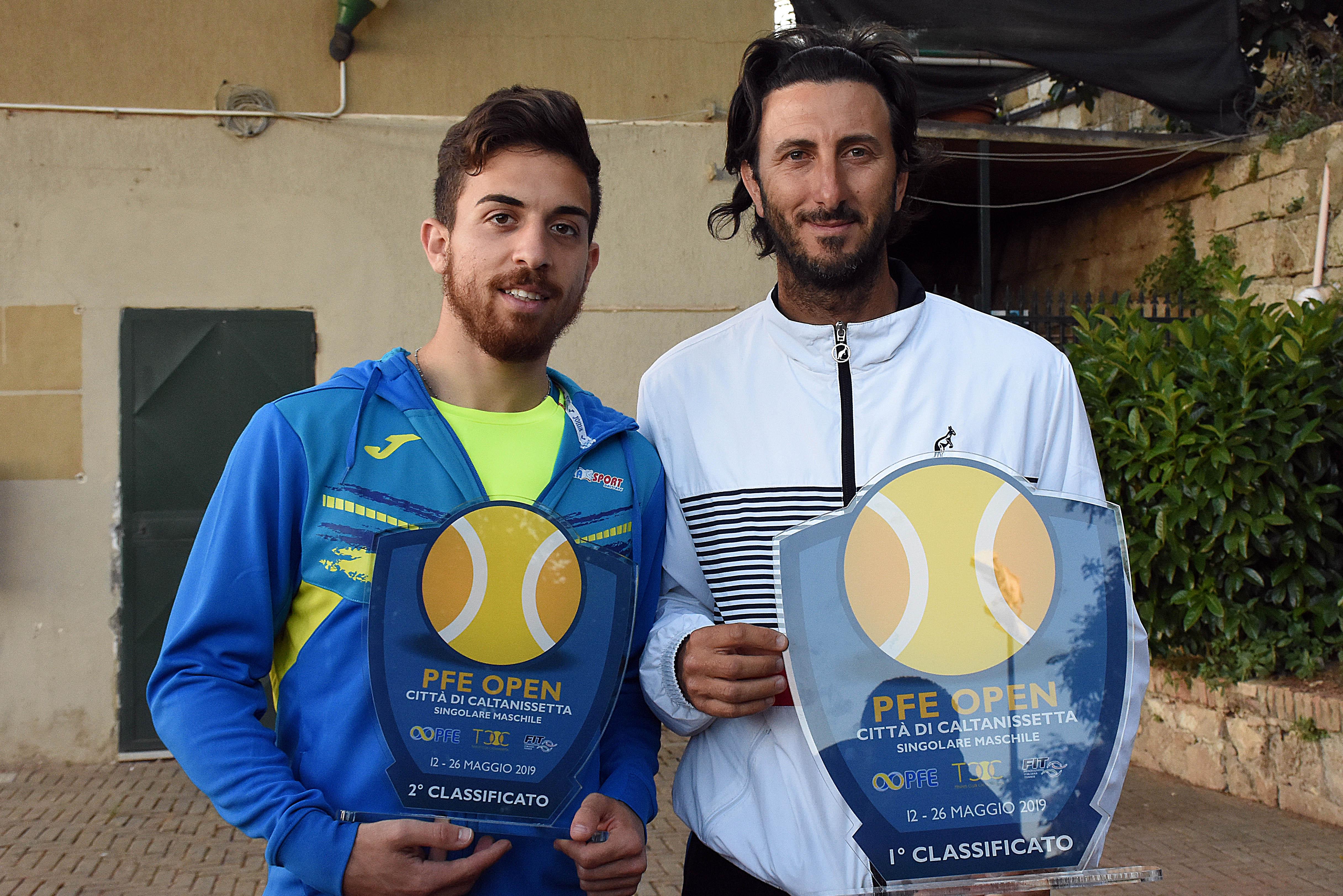 Alessio Di Mauro (a destra) si aggiudica il PFE Open Città di Caltanissetta, battendo in finale Nicolò Schilirò.