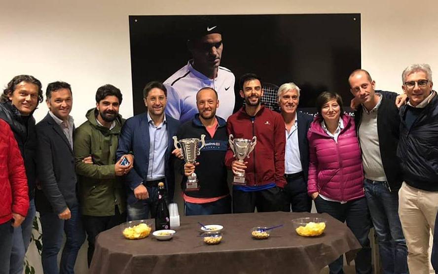 I finalisti del torneo insieme al team organizzativo e altri giocatori
