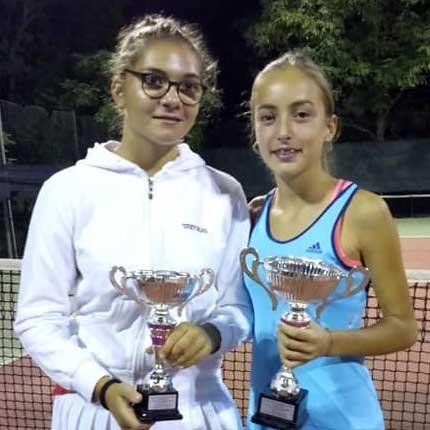 Alessia Bertuccio (a destra) vince la finale del torneo di quarta categoria di Sommatino, disputata contro l'amica e compagna di squadra Federica Vancheri.