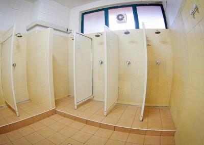 Le cabine doccia del Tennis Club di Caltanissetta all'interno dello spogliatoio maschile