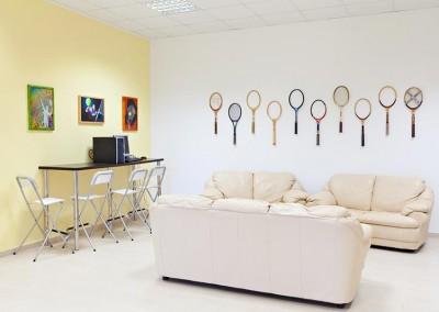 Area multimediale con postazione Pc e comodi divani