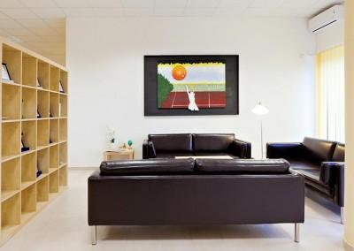 Un'altra area arredata da comodi divani dove rilassarsi dopo l'allenamento in palestra o la partita di tennis