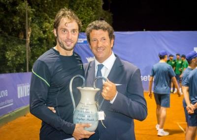A sinistra: Il vincitore del torneo Challenger 2016. A destra: Il maestro della scuola di tennis Giuseppe Cobisi