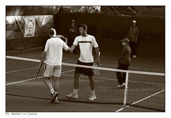 Stretta di mano tra i giocatori di tennis Davide Sanguinetti e Gianluca Naso