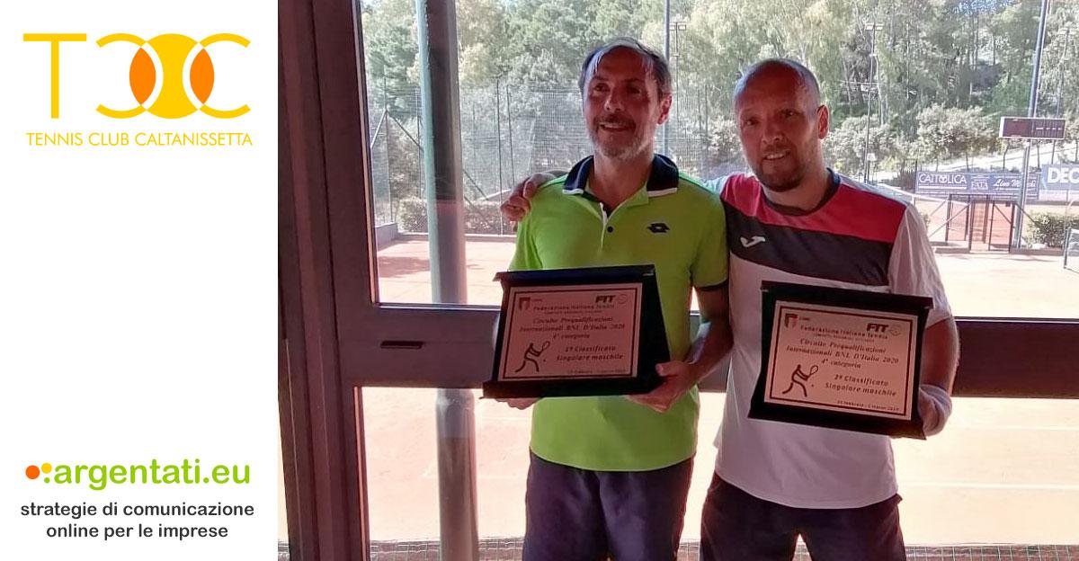 Fabio Garofalo, a sinistra, batte Luigi Dettori nella finale del torneo di Quarta Categoria del Circolo Tennis La Baita.