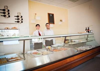 Area ristoro del Tennis Club dove scegliere il proprio pranzo tra diversi piatti della cucina tipica siciliana