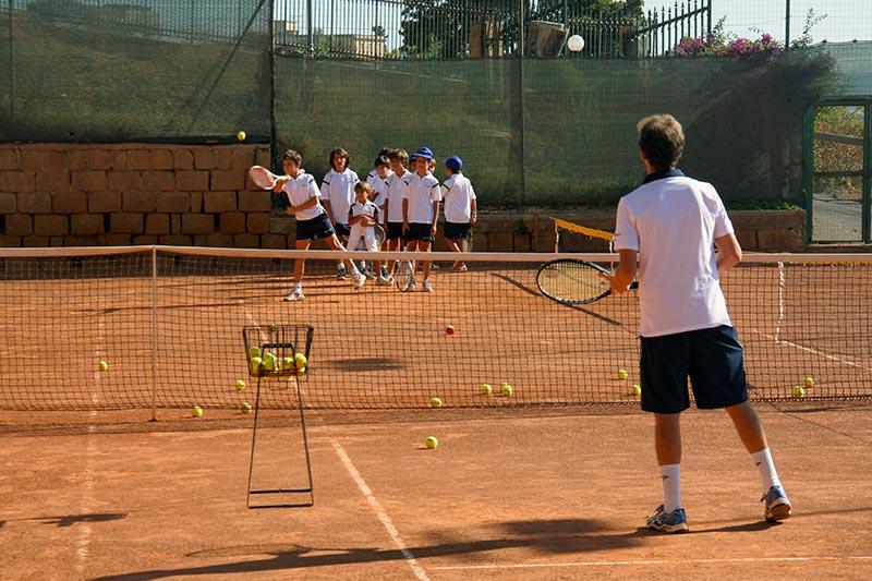 Scuola di tennis per ragazzi e corsi di tennis per adulti individuali e di gruppo