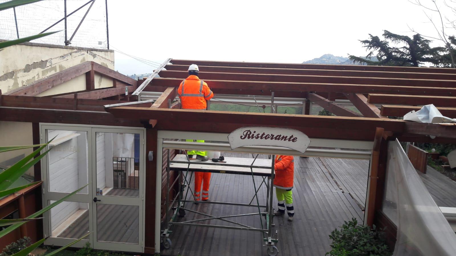 La tettoia del Tennis Club Villa Amedeo durante le fasi dello smontaggio