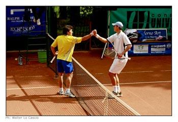 Stretta di mano tra i giocatori che hanno partecipato al Uno dei giocatori del Torneo Internazionale di Tennis Future 2008